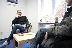 Das Foto zeigt zwei Menschen in einem Beratungsgespräch