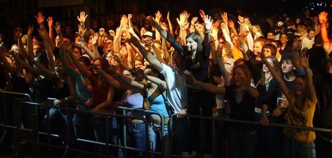 Das Foto zeigt eine große Anzahl Jugendlicher bei einer Abendveranstaltung.
