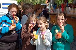 Das Foto zeigt Schulmädchen mit bunten alkoholfreien Getränken.